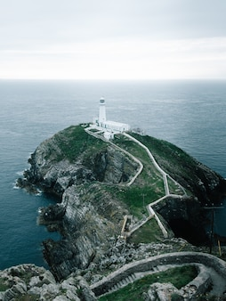 Shot van de vuurtoren op de klif in rspb south stack cliff, anglesey, wales