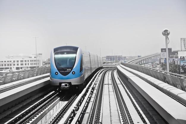 Shot van een elektrische trein in een spoorlijn
