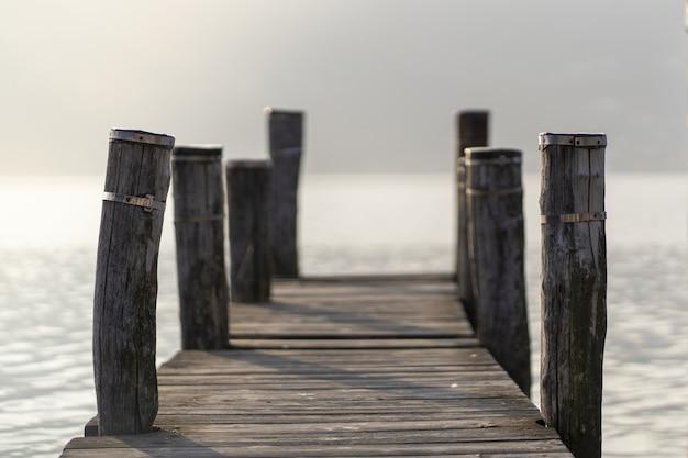 Shot van een houten pier met lange stammen aan de zijkanten