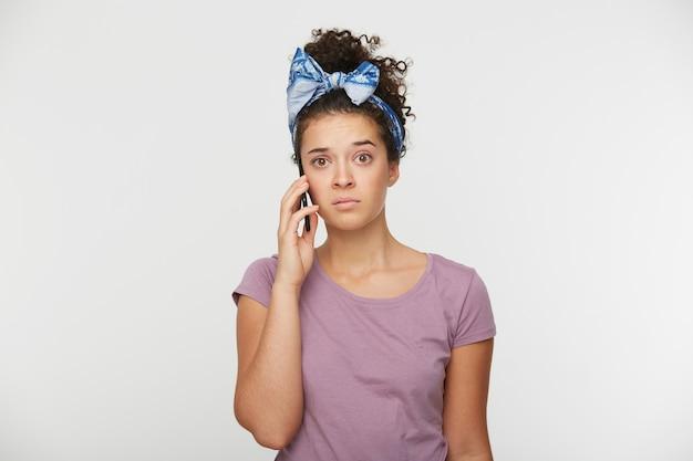 Shot van een jong meisje met telefoon in de hand