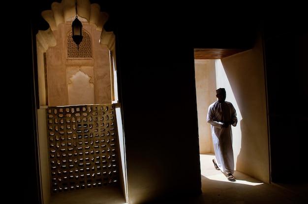 Shot van een mens die het tempelcomplex van karnak binnengaat