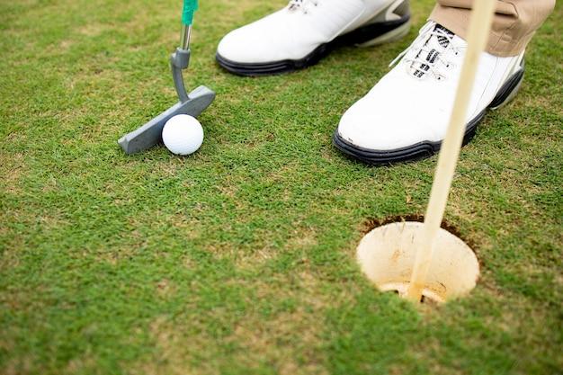 Shot van een onherkenbare golfer die de bal raakt om een golftoernooi te winnen.