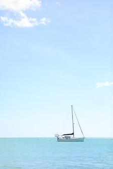 Shot van een schip in de zee