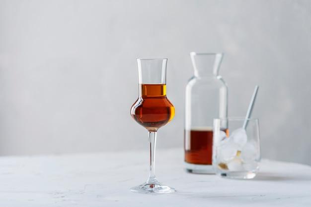 Shot van een sterke drank met ijs