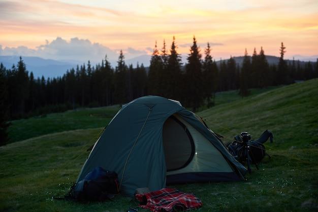 Shot van een toeristische tent geplaatst op de top van een heuvel