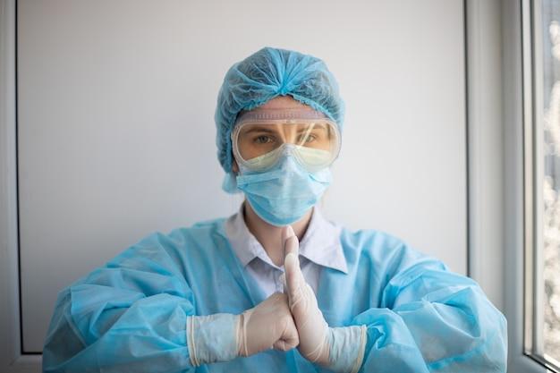 Shot van een vrouw die een medisch personeel beschermingsmiddelen draagt