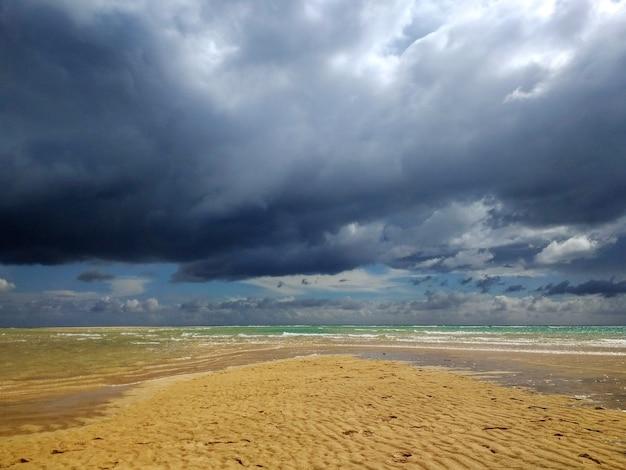 Shot van het zandstrand in fuerteventura, spanje tijdens stormachtig weer