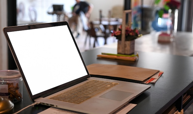 Shot van mockup laptop leeg scherm op een café-tafel.