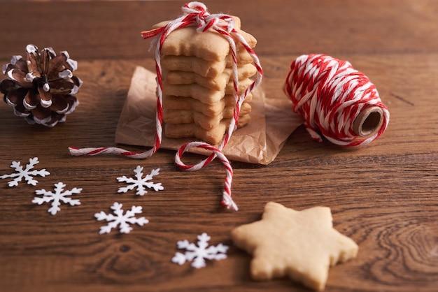 Shot van peperkoek cookies op de houten tafel