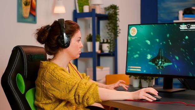 Shot van professionele gamer die space shooter online videogame op computer speelt, cyber e-sport-kampioenschap