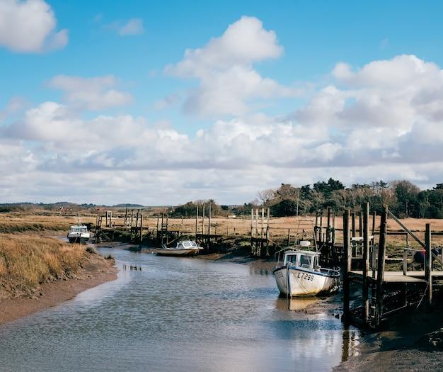 Shot van verschillende boten aangemeerd door de rivieroever