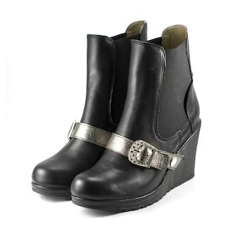Shot van zwarte leren hakken versierd met leren zilverkleurige riem