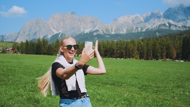 Shot vanuit een gemiddeld perspectief van een vrouw die een videogesprek voert