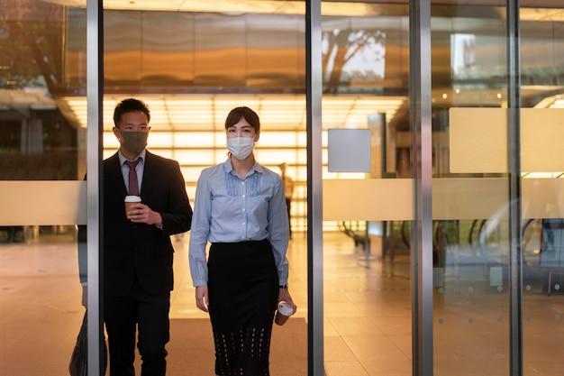 Shot vanuit een gemiddeld perspectief van man en vrouw die gezichtsmasker dragen