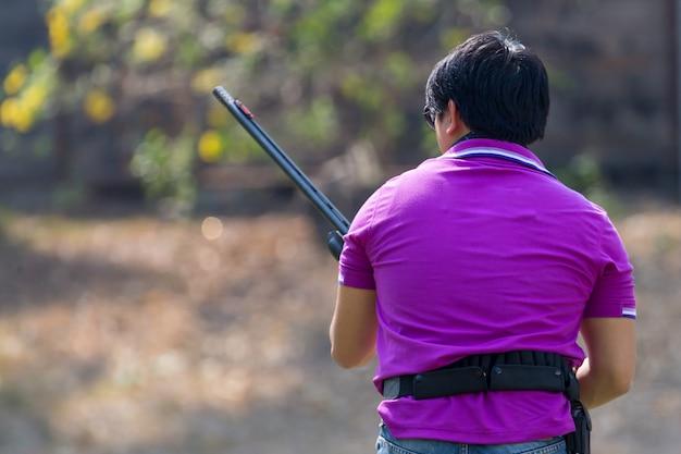 Shoter het schieten kanon op een openlucht schietbaan, selectieve nadruk