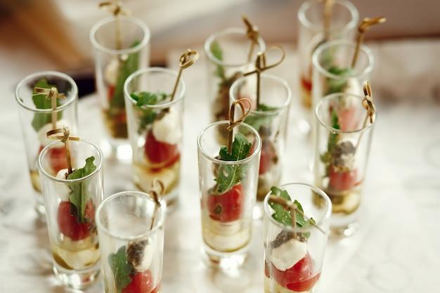 Shots met fruit op stokken staan op de tafel