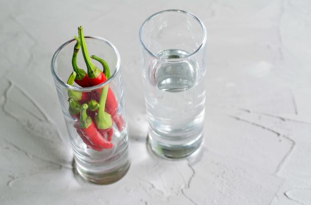 Shots met wodka en koele pepers, hete alcoholische drank