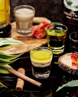 Shots van cocktails met kaneel op de tafel