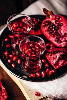 Shots van granaatappelcocktail met wodka en sap