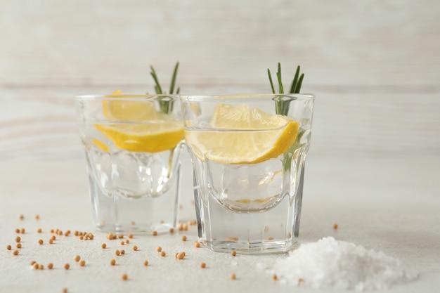 Shots van tequila op witte geweven lijst