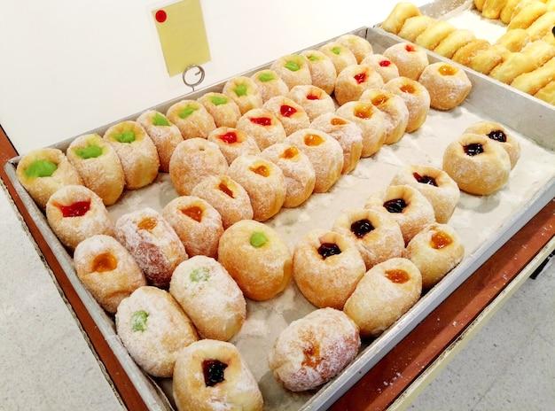 Showcase met taarten met verschillende vullingen. bakkerij met snoep.