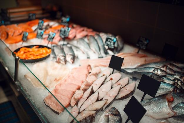 Showcase met verse gekoelde vissen in kruidenierswinkelopslag