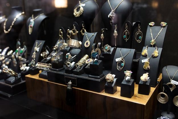 Showcase voor prachtige sieraden close-up.