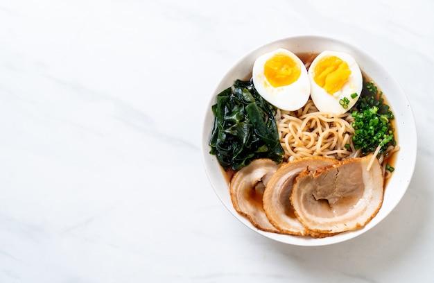 Shoyu ramen noedel met varkensvlees en ei