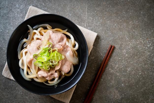 Shoyu udon ramen noodle met varkensvlees (shoyu ramen)