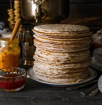 Shrovetide maslenitsa butter week festivalmaaltijd. gestapelde pannenkoeken