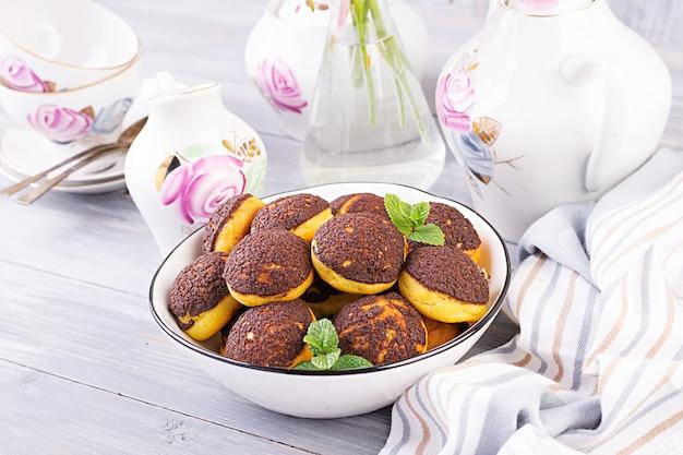 Shu cake. smakelijke profiterole met slagroom op het bord. kopieer ruimte
