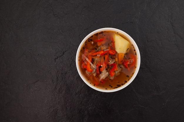 Shurpa of shorpa-soep op donkere steen