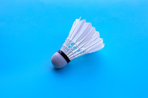 Shuttle of badmintonbal op blauwe lijst.