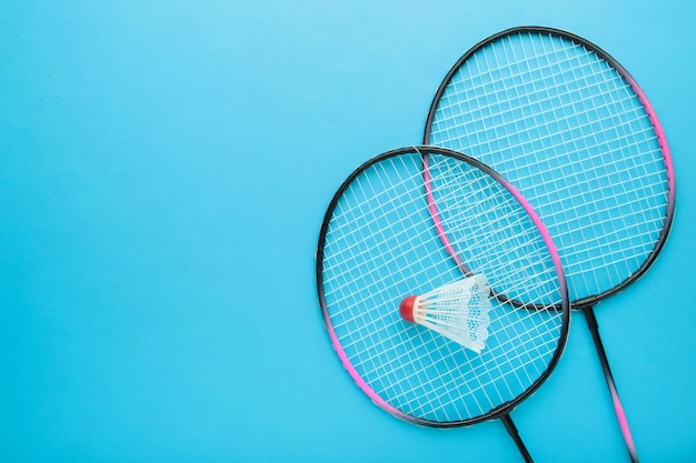 Shuttles en badmintonracket. badmintonapparatuur met kopie ruimte