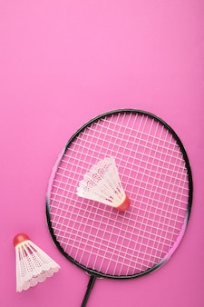 Shuttles en badmintonrackets. badmintonapparatuur met kopie ruimte