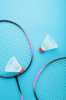 Shuttles en badmintonrackets op blauw. badminton-uitrusting