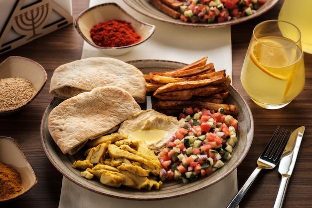 Shwarma in een bord met hummus en salade,