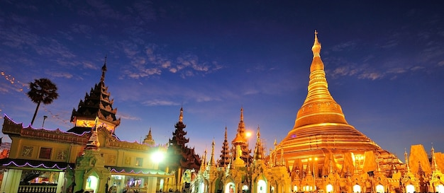 Shwedagon gouden pagode bij schemering, yangon, myanmar