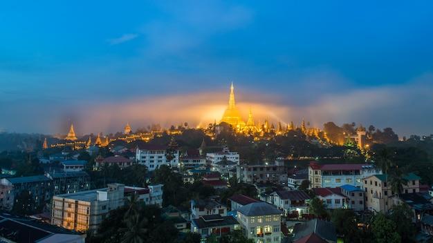 Shwedagon paya-pagode in gouden mist in de ochtend vóór zonsopgang