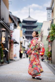 Sian vrouw die japanse traditionele kimono draagt bij yasaka pagoda