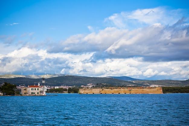 Sibenik is een historische stad en haven aan de adriatische kust in kroatië