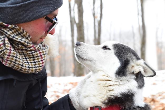 Siberische husky kijkt naar eigenaar