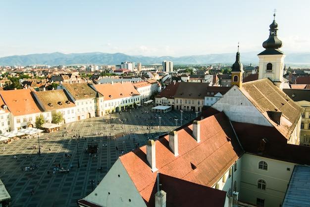Sibiu - roemenië, 18 juli 2017: piata mare groot plein in sibiu, roemenië in de zomer