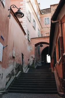 Sibiu trap uitzicht op straat tussen oude historische huizen.