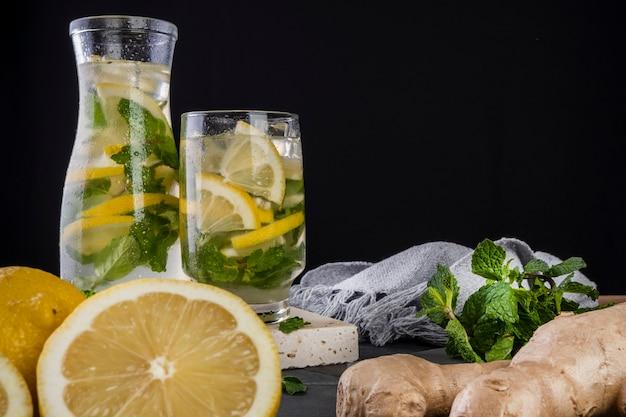 Siciliaans citroensap met gember en munt - gearomatiseerd water.