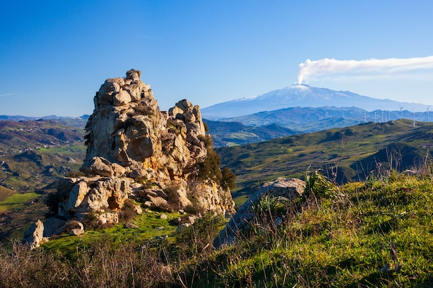 Siciliaans platteland met de vulkaan van etna op de achtergrond