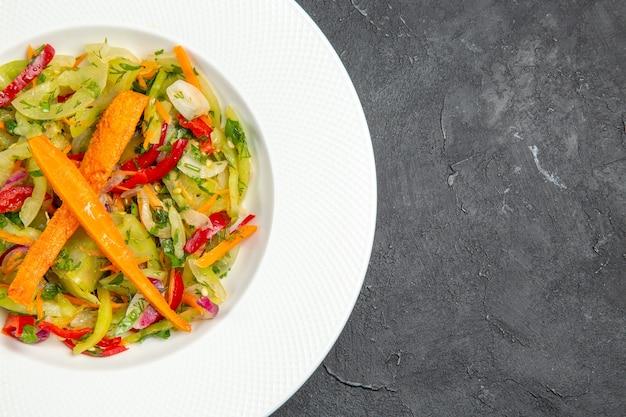 Side close-up salade plaat van een smakelijke salade met wortelen paprika