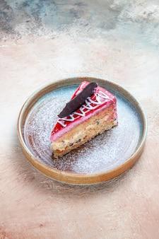 Side close-up view cake een smakelijke cake met chocolade op de plaat