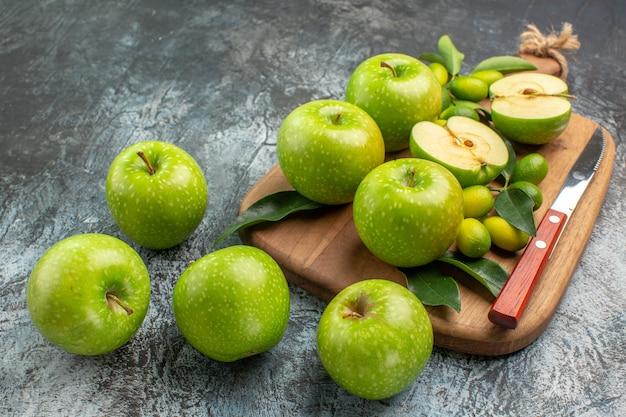 Side close-up weergave appels bord van het smakelijke groene appels mes
