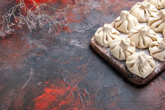 Side close-up weergave khinkali de smakelijke khinkali op de boomtakken van het bord